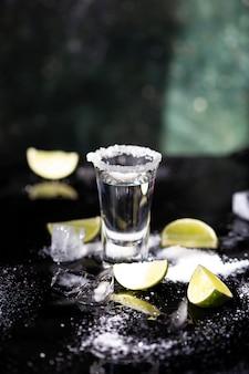 Tequila tourné à la lime et au sel sur fond noir