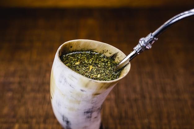 Terere, boisson yerba mate typique de l'amérique du sud, servie dans une corne atersanale
