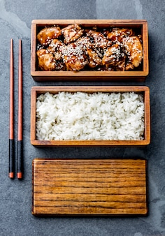 Teriyaki au poulet avec riz dans une boîte à bento en bois