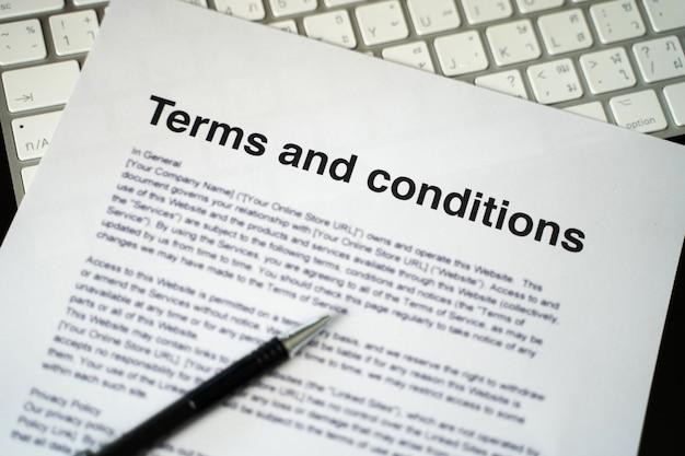 Termes et conditions homme d'affaires examinant les termes et conditions des termes et conditions du bureau de l'accord