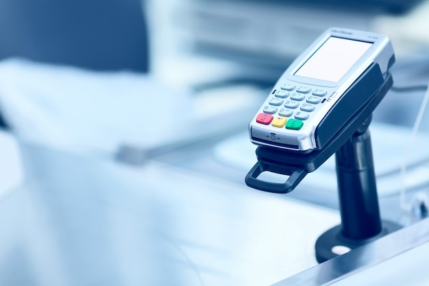 Terminal de caisse de carte de crédit à la caisse dans un magasin.