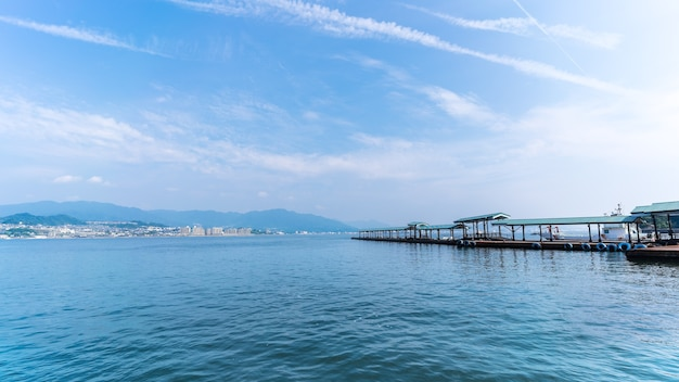 Terminal de ferry de miyajima sur l'île de miyajima , hiroshima , japon