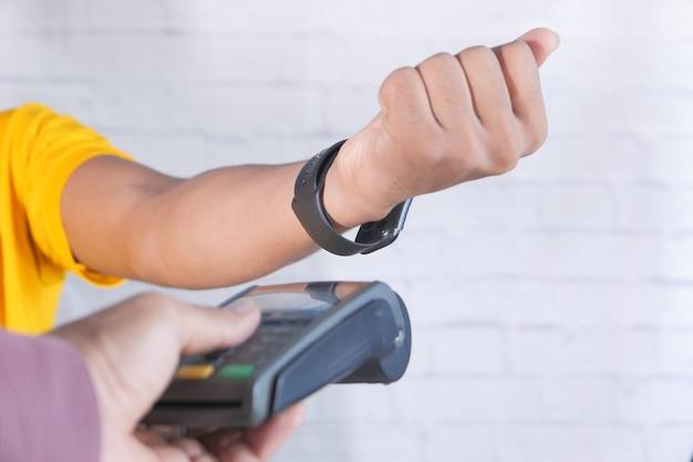 Terminal de paiement se rechargeant depuis une montre intelligente, paiement sans contact.