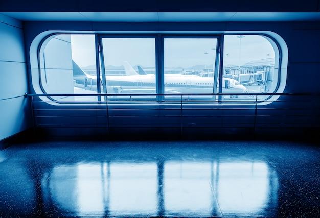 Le terminal de voyage de van het vliegtuig