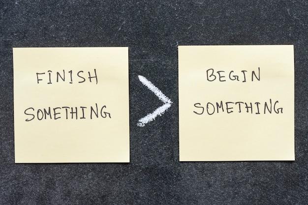 Terminer quelque chose est plus que commencer une phrase manuscrite sur des notes autocollantes