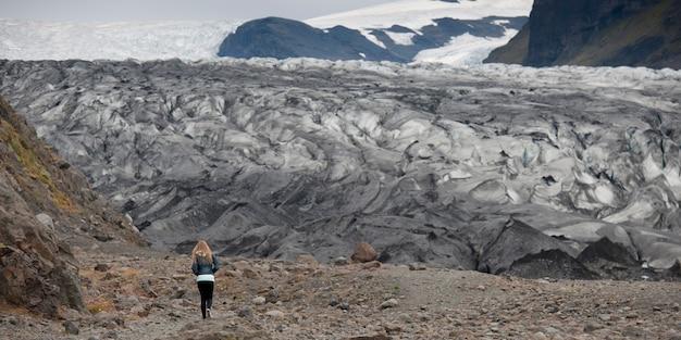 Terminus de glacier avec fille pour montrer l'échelle