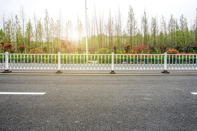Terrain asphalté et aménagement paysager naturel