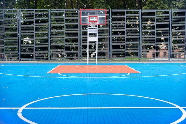 Terrain de basket-ball urbain extérieur bleu, personne, espace de copie, arrière-plan.