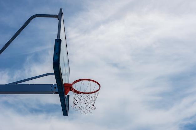 Terrain de basketball avec ciel bleu et nuage