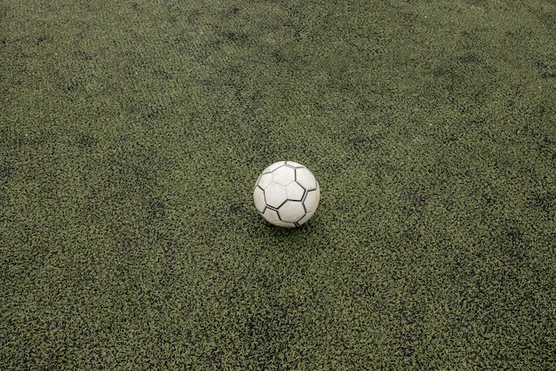 Terrain de football avec ballon de foot
