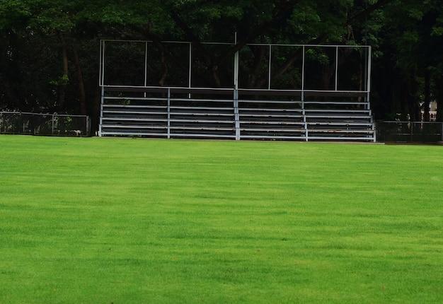 Terrain de football avec herbe verte