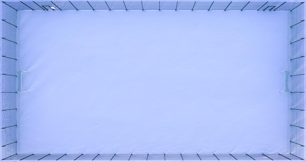 Terrain de football vide couvert de neige, ou terrain de sport, vue aérienne