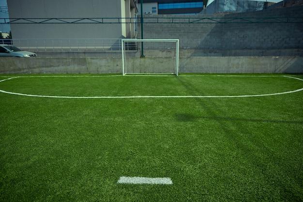 Le terrain de football vide et l'herbe verte