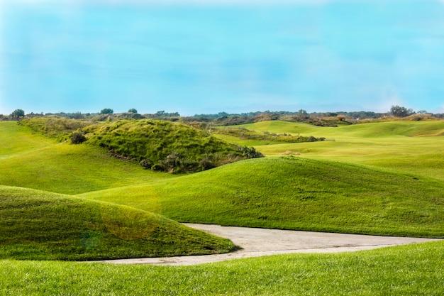 Terrain de golf à belek. herbe verte sur le terrain. ciel bleu, journée ensoleillée