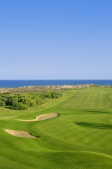 Terrain de golf herbe verte près de la mer, l'océan