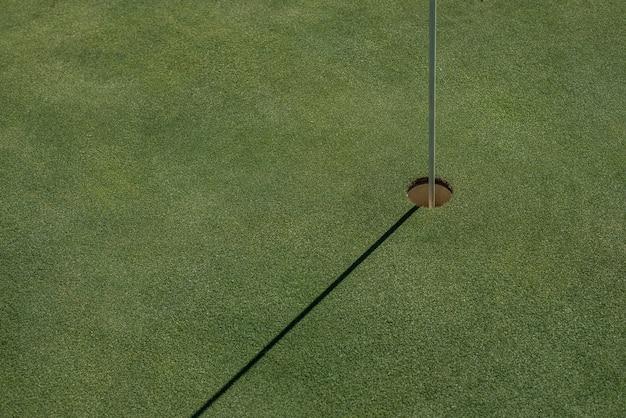 Terrain de golf avec trou vide