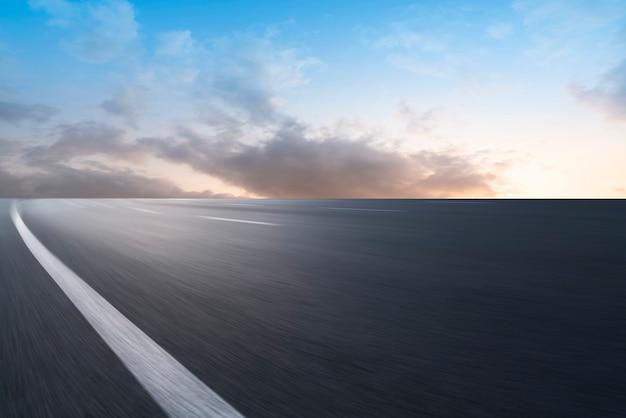 Terrain de route et paysage de nuage de ciel