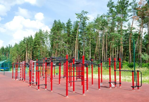 Terrain de sport extérieur avec équipement d'exercice extérieur dans la forêt.