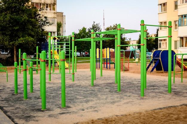 Terrain de sport. gym en plein air pour l'entraînement de rue.