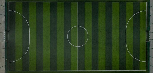 Terrain de sport avec un terrain de football. tir depuis le drone d'en haut