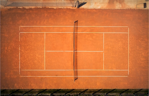 Terrain de tennis en terre battue. vue depuis le vol de l'oiseau. photographie aérienne