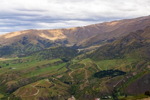 Terrain vallonné près de queenstown sur l'île du sud la vue depuis la montagne nouvelle-zélande