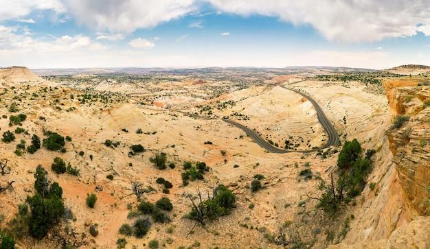 Terrain de végétation inégal avec canyon profond, rochers et montagnes
