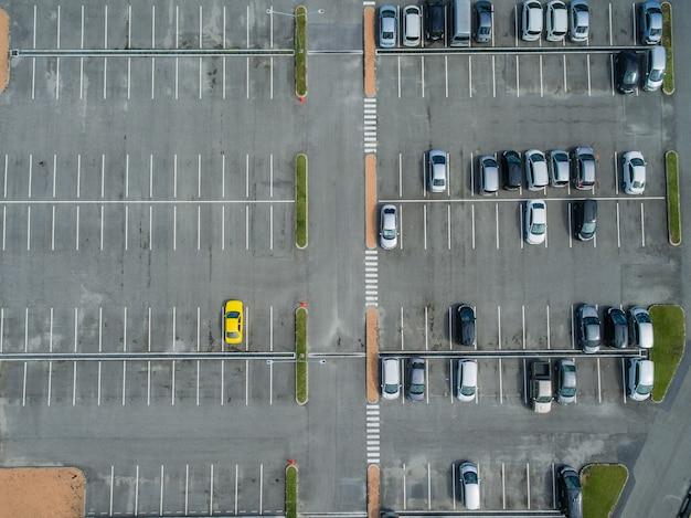 Terrains de stationnement vides, vue aérienne.