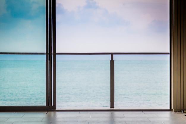 Terrasse avec des balustrades en verre