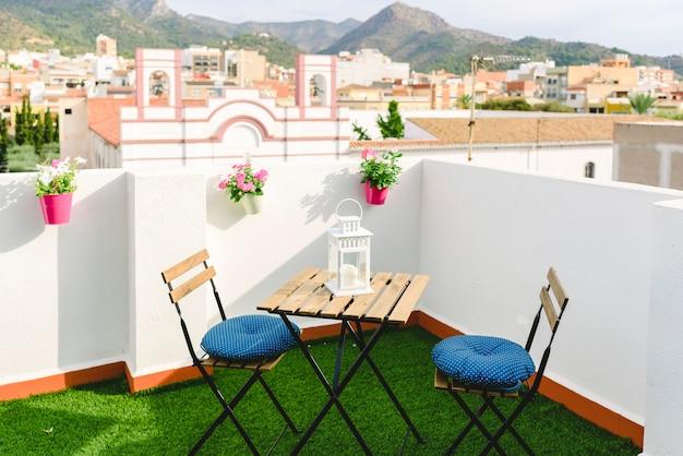Terrasse blanche pour le café avec vue sur le village et la montagne mexicaine, ciel bleu.