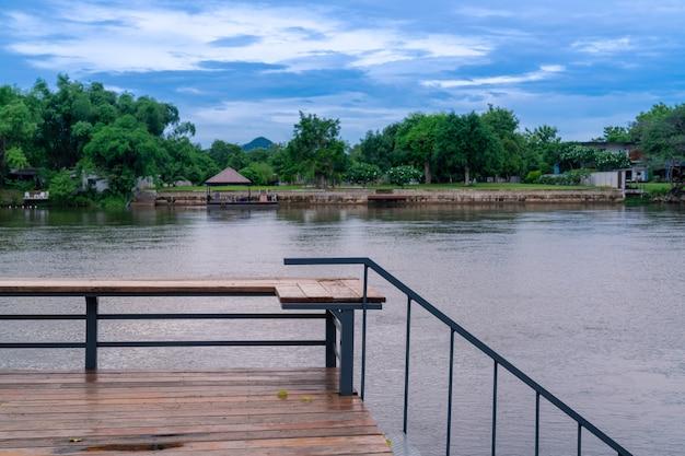 Terrasse en bois avec vue sur la rivière kwai kanchanaburi front de mer calme avec forêt verte fraîche