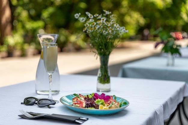Terrasse de café dans une petite ville européenne aux tables d'extérieur ensoleillées d'une journée d'été délicieuse salade saine