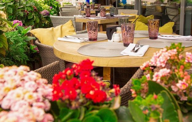 Terrasse de café d'été, tables de restaurant, chaises soigneusement disposées et disposées pour servir les clients.