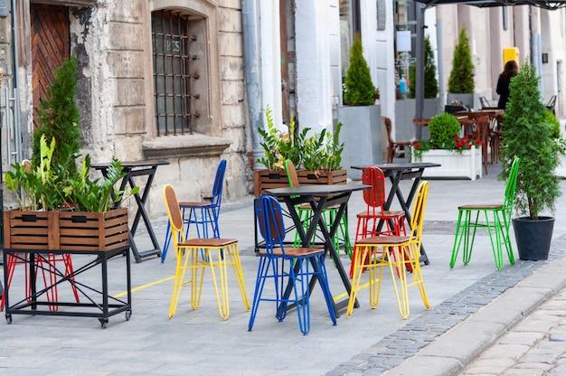 Terrasse de café de rue colorée vintage