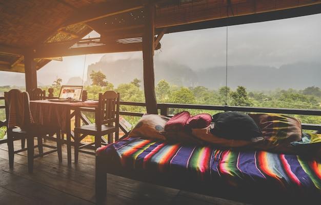 Terrasse de détente avec vue sur la nature dans la brume faible éclairage et ombre sombre.