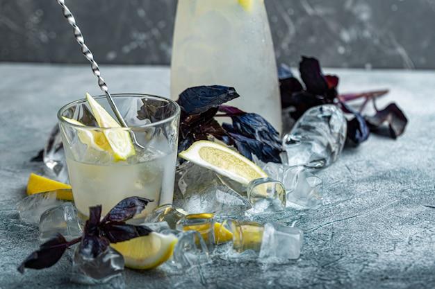 Terrasse d'été avec cocktail et glaçons
