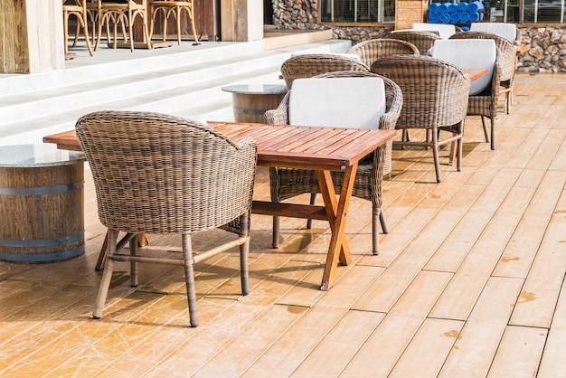 Terrasse extérieure avec chaise et table vides