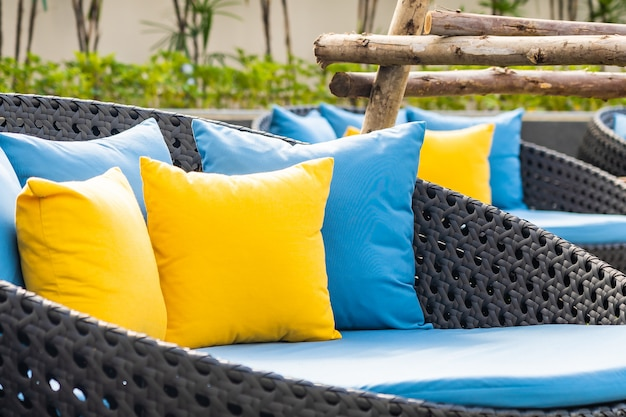 Terrasse extérieure dans le jardin avec chaises et oreillers