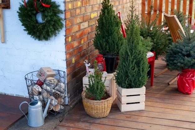 Terrasse de la maison d'hiver décorée pour noël