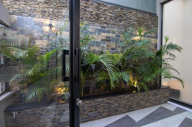 Terrasse de maison moderne et de luxe avec jardinières