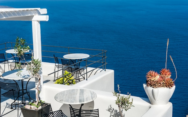 Terrasse sur la mer de santorin