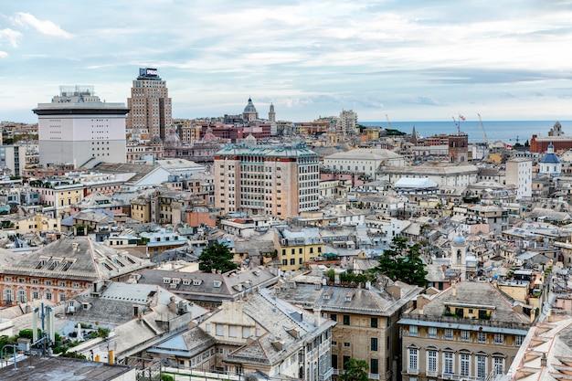 Une terrasse d'observation avec une vue magnifique sur la magnifique architecture de la vieille ville.