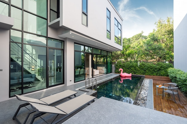 Terrasse de la piscine et canard flottant rose dans la piscine à débordement