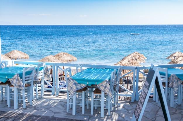 Terrasse de restaurant en face de la plage à kamari sur l'île de santorin