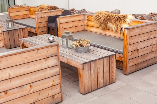 Terrasse de restaurant en plein air avec des meubles en bois