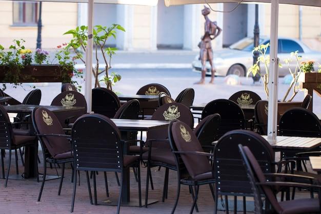 Terrasse de restaurant traditionnel avec tables et chaises
