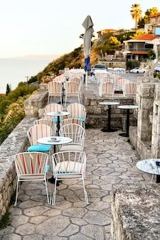 Terrasse de restaurant vide dans la rue à afitos, halkidiki, grèce