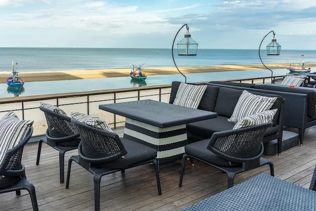 Terrasse de salon de plage avec chaise de couple et table sur la mer, paysage d'été