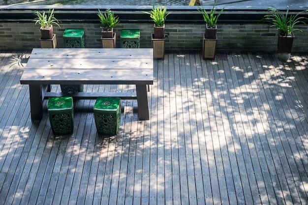 Terrasse avec une table et des plantes en bois