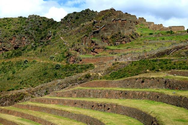 Terrasses agricoles incas et les ruines antiques du site archéologique de pisac